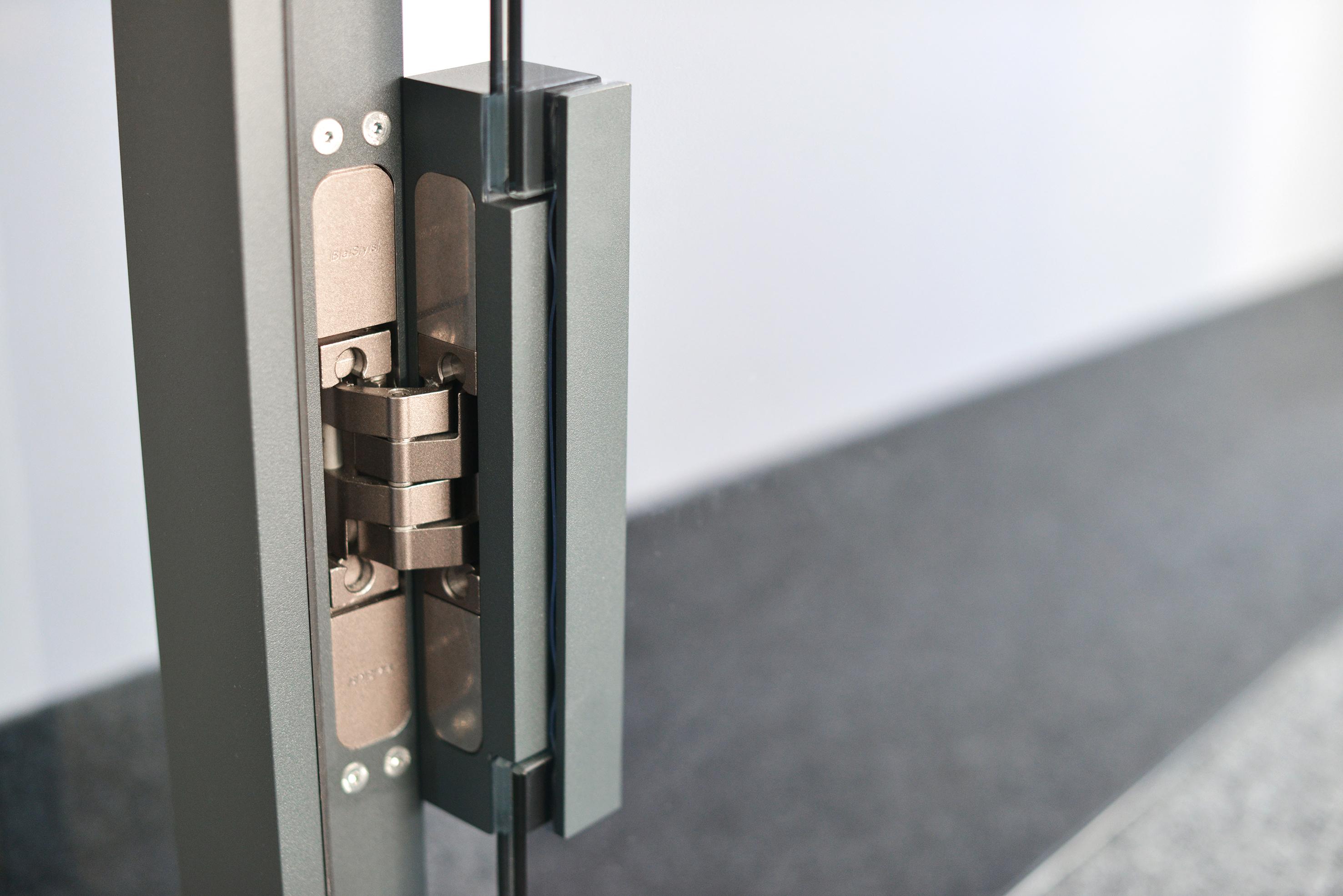 versteckte beschlagtechnik f r glast ren pivota dx glass von basys zum objektgeeigneten. Black Bedroom Furniture Sets. Home Design Ideas